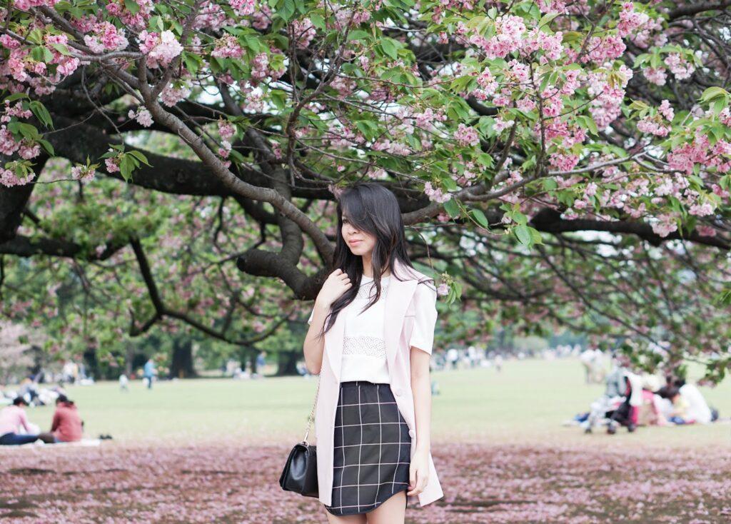 justatinabit-japan-tokyo-shinjuku-gyoen-park-jeffrey-campbell-shoes-vest-plaid-skirt-1