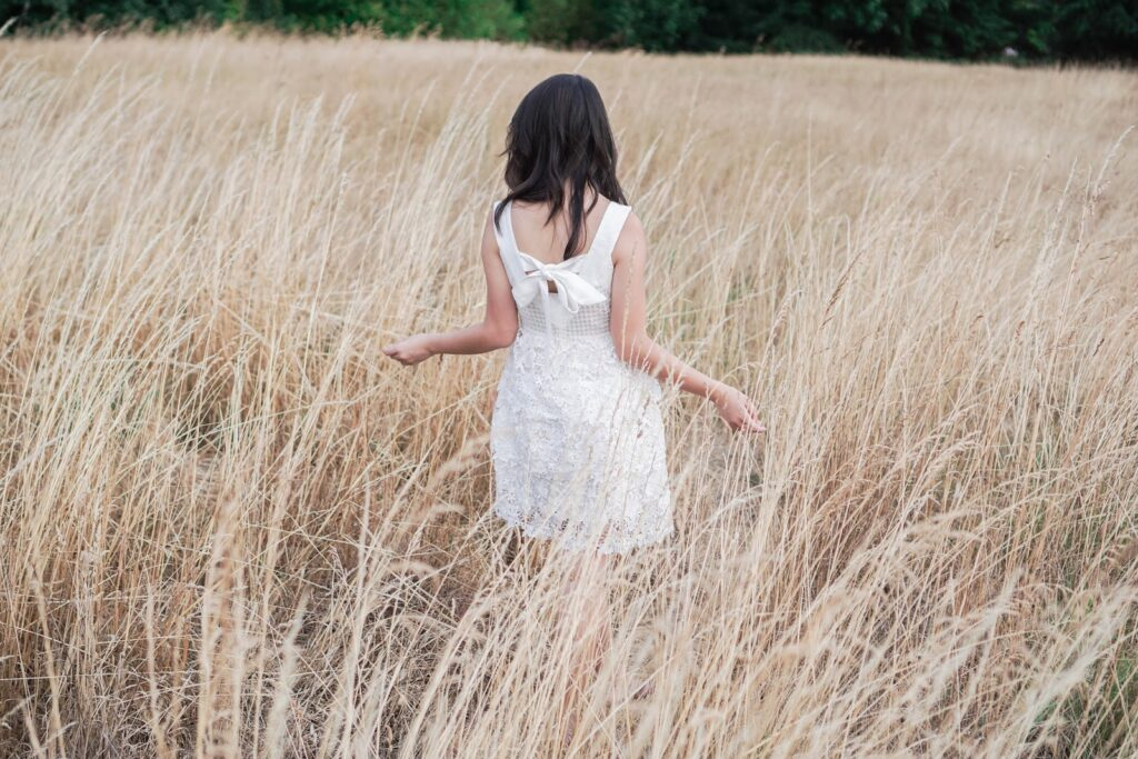 justatinabit-J.O.A-JOA-layered-lace-dress-white-dress-with-bow-tie-back-summer-outfit-discovery-park-seattle-wheat-field-photography